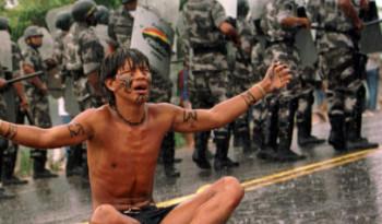 """Brasil, Santa Cruz Cabrália, BA. 22/04/2000. Polícia impede marcha de índios que partiu do povoado de Coroa Vermelha em direção a Porto Seguro, próximo de Santa Cruz Cabrália, na Bahia. A manifestação, que fez parte do movimento """"Brasil, Outros 500"""", foi realizada durante as comemorações dos 500 anos do descobrimento do Brasil e acabou reprimida com bombas de gás. - Crédito:VALTER PONTES/COPERPHOTO/AE/Codigo imagem:106658"""